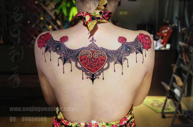 后背蕾丝纹身