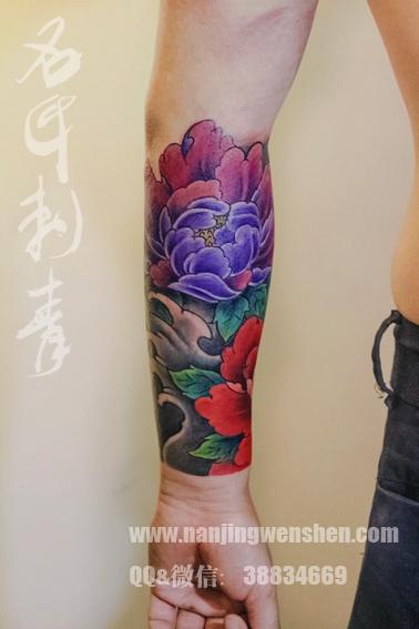 小臂牡丹花纹身