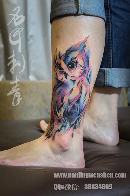 MM脚踝彩色猫头鹰纹身,炫彩水墨泼墨风格纹身